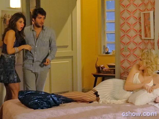 Que susto! Davi e Manu se beijam e dão de cara com Megan deitada na cama (Foto: Geração Brasil / TV Globo)