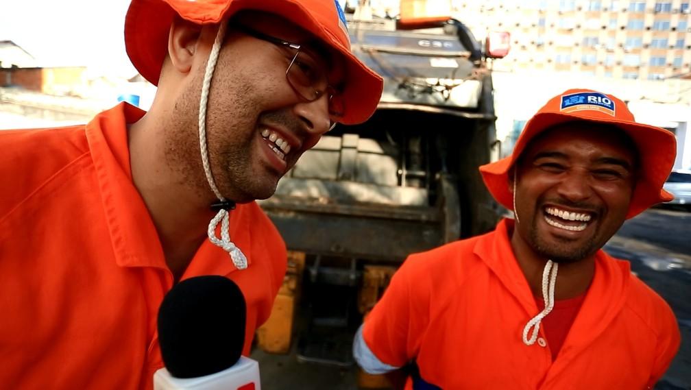 William Robson e Israel Moraes trabalham há mais de 10 anos como gari e se divertem juntos (Foto: Andressa Gonçalves/G1)