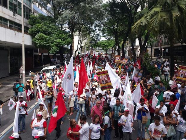 Manifestação segue para a praça da Assembleia Legislativa de Minas Gerais, na Região Centro-Sul (Foto: Michele Marie/G1)