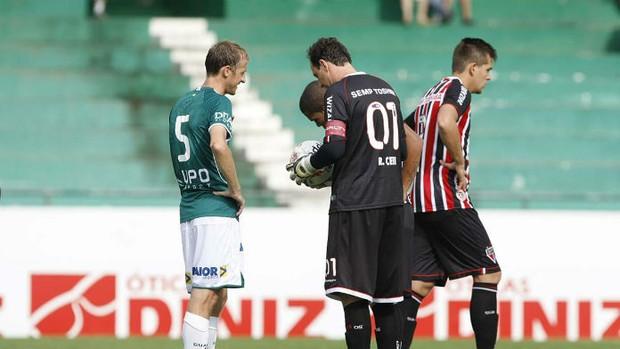 Rogério Ceni ajeita a bola para marcar o gol de falta (Foto: Rubens Chiri / saopaulofc.net)
