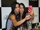 Sósia? Gracyanne Barbosa faz selfie com fã parecida com ela em evento
