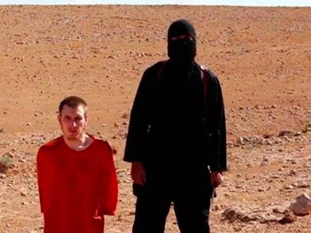 Homem ajoelhado é identificado como cidadão norte-americano Peter Edward Kassig  (Foto: Reuters)