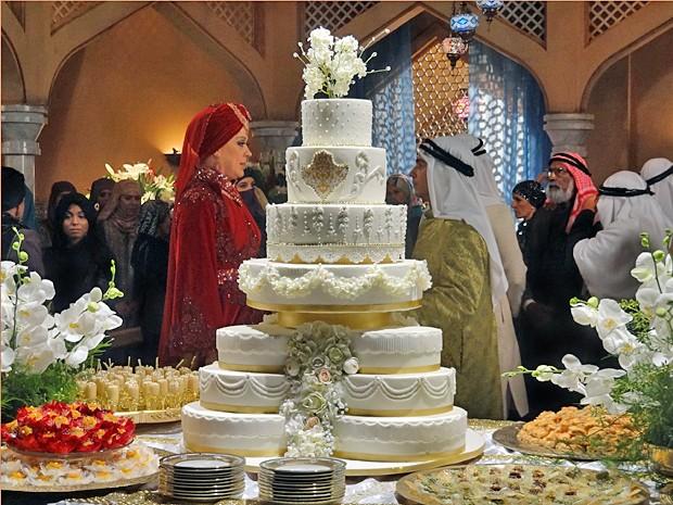 Alto Astral tem casamento com réplica de bolo de Kate Middleton e