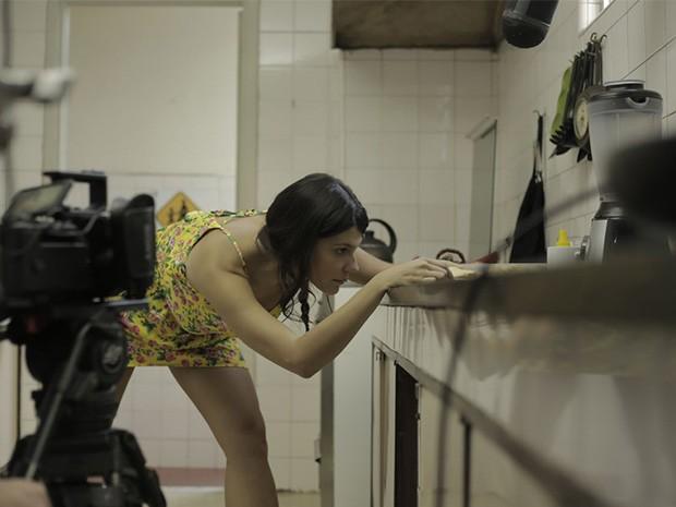 A atriz Giovana Echeverria se prepara para encarar o desafio do pão que insiste em cair com a manteiga para baixo. (Foto: Gshow)