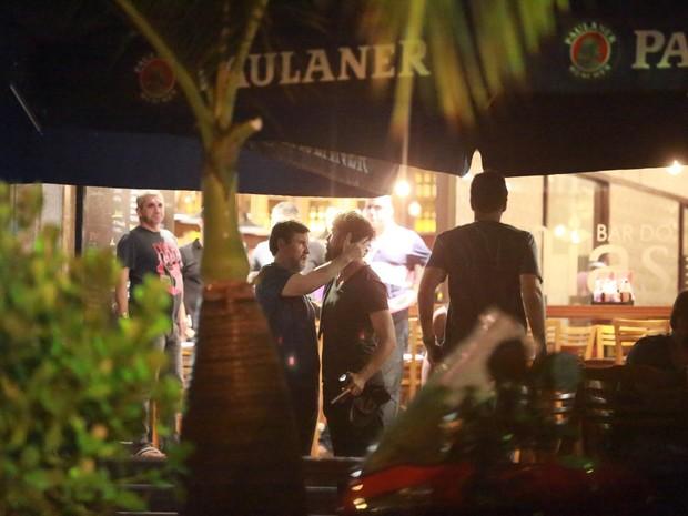 Antonio Calloni e Cauã Reymond em restaurante na Zona Oeste do Rio (Foto: Dilson Silva/ Ag. News)