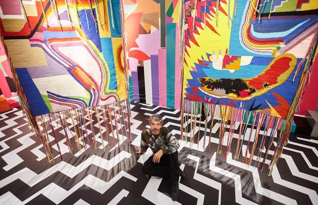 Eli Sudbrack em sua exposição no MATE (Foto: Divulgação)