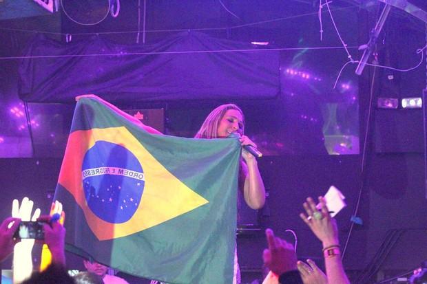 Valesca Popozuda com a bandeira do Brasil em show em Londres, na Inglaterra (Foto: Francisco Silva/ Ag. News)