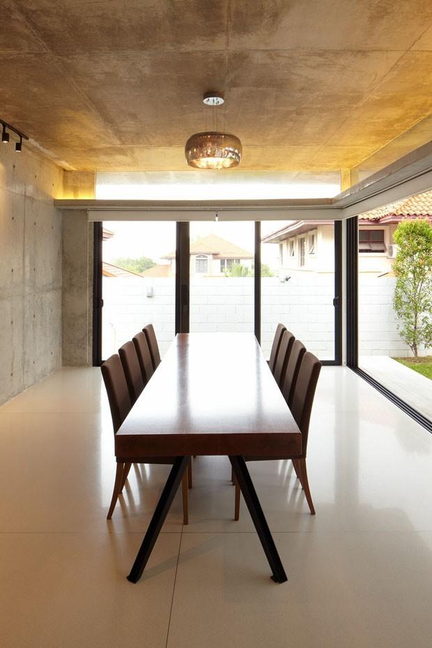 Casa moderna se abre para a natureza