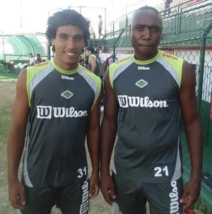Bruno Neves e Gilcimar, reforços da Cabofriense para o Carioca (Foto: Gustavo Garcia)