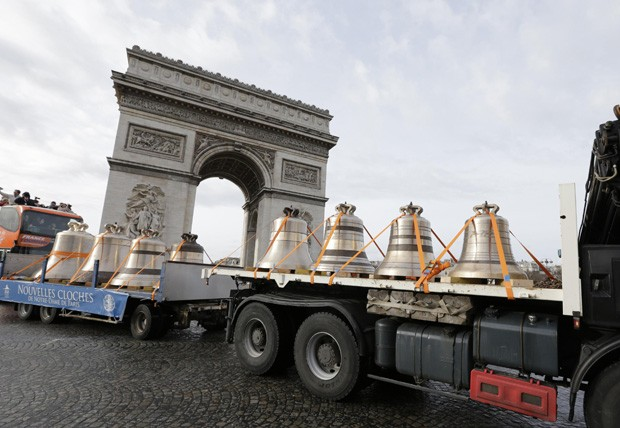 Sinos passa pela Champs Elyseé (Foto: Philippe Wojazer/Reuters)