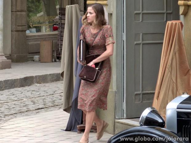 Onde será que Hilda está indo? (Foto: Joia Rara/TV Globo)