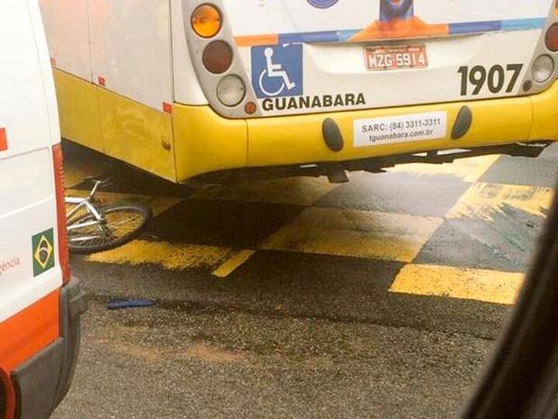 Ciclista foi atingido por ônibus na manhã desta terça-feira (30) em Natal (Foto: Divulgação/STTU)