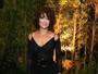 Juliana Paes, com os cabelos cacheados, usa superfenda em evento