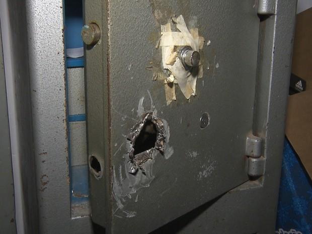 Cofre foi arrombado com ferramentas que estavam no próprio estádio.  (Foto: Reprodução/TV Paraíba)