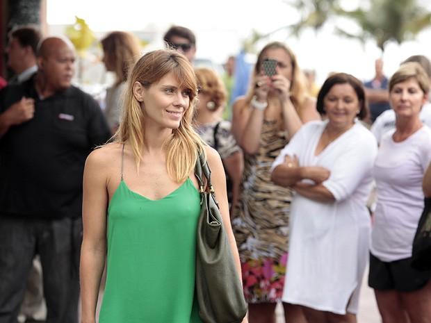 Carolina Dieckmann sorri para os fãs que acompanharam as gravações na praia (Foto: Salve Jorge/TV Globo)