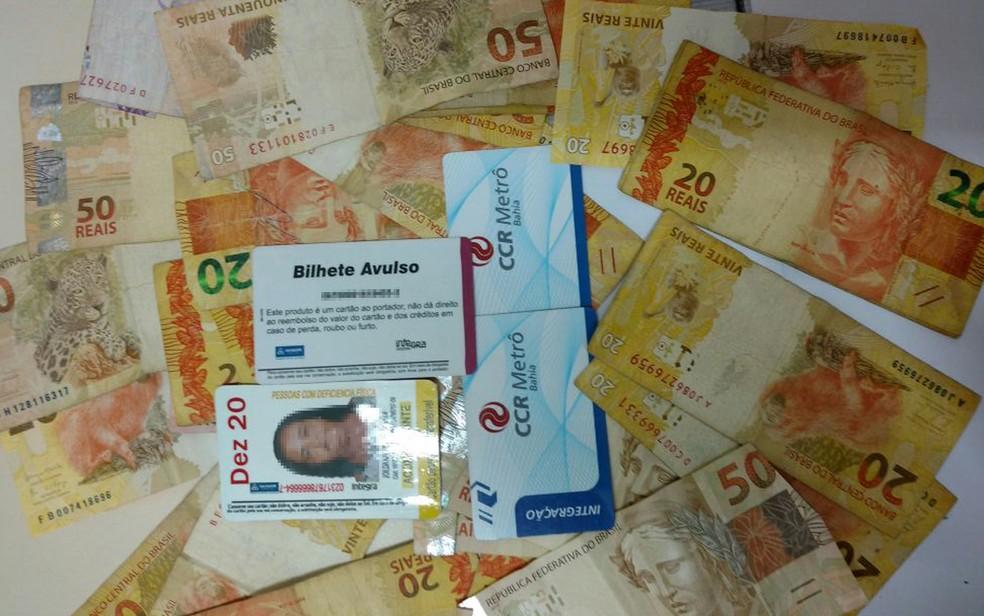 Bilhetes e dinheiro foram apreendidos com trio, no bairro do Comércio (Foto: Divulgação/ SSP)