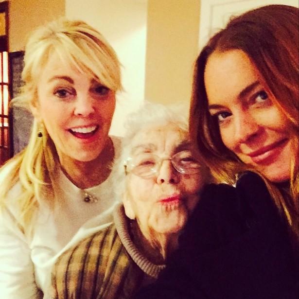 """Nesta foto, Lindsay Lohan está posando com a mãe, Dina, e a avó materna. Mas a família toda é muito maior: a atriz tem três irmãos, e há quem diga que em breve o pai dela, divorciado, vai ter mais uma criança. De qualquer forma, os pais de Lindsay são tão """"crianções"""" que é como se ela tivesse dois irmãos extras. (Foto: Instagram)"""