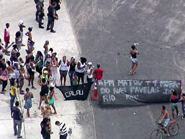 Manifestação fecha pista de avenida em Madureira (Foto: Reprodução / TV Globo)