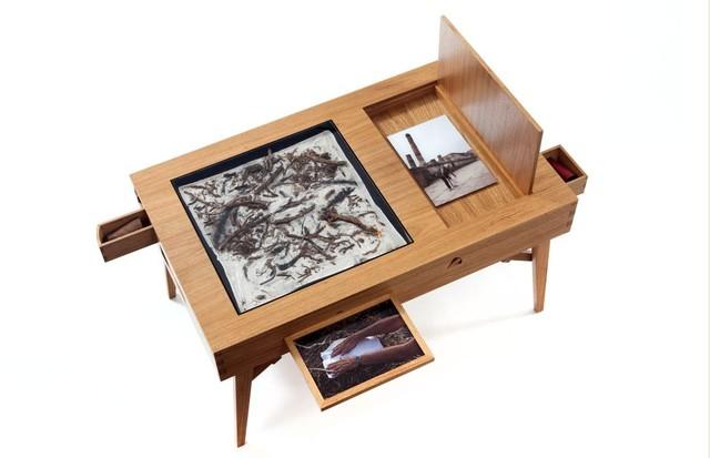 A mesa criada por Etel Carmona com as memórias de Carlos Vergara  (Foto: Fernando Laszlo)