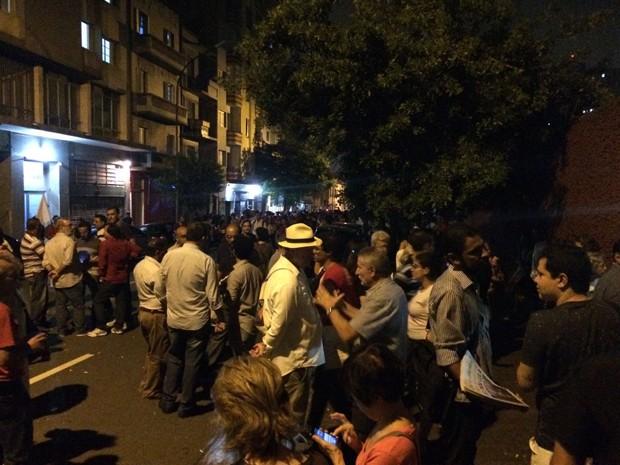 A Rua Tabantinguera, onde fica o Sindicato dos Bancários, foi fechada. Grupo acompanha ato do lado de fora. (Foto: Lívia Machado/G1)