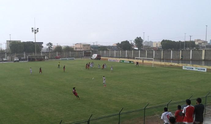 Ceilândia e Taguatinga jogaram quase a partida inteira debaixo de chuva no Abadião (Foto: Fabrício Marques)