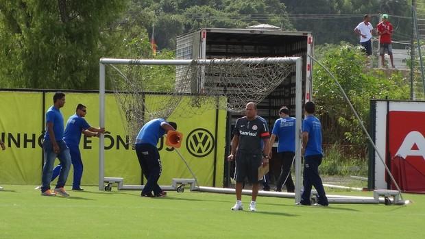 Funcionários removem goleira do gramado do CT Parque Gigante (Foto: Tomás Hammes / GLOBOESPORTE.COM)