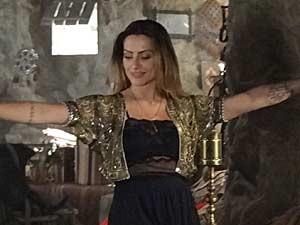 Bianca se diverte ao fazer pose para Zyah (Foto: Salve Jorge/TV Globo)