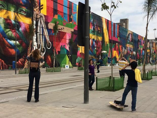 Painel atrai público antes de ser inagurado (Foto: Fernanda Rouvenat/G1)