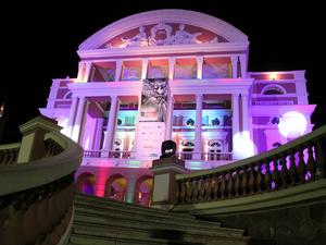 Teatro Amazonas recebeu as cores do Festival de Cinema na noite desta sexta (Foto: Jamille Alves/G1 AM)