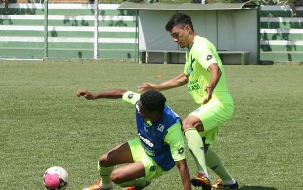 Valmir Lucas disputa bola com Felipe Amorim (Foto: Rosiron Rodrigues/Goiás E.C)