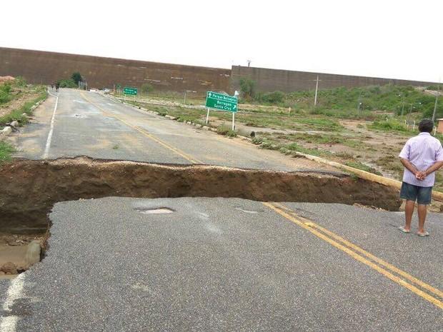 Asfalto cedeu e abriu cratera de mais de cinco metros em Apodi  (Foto: Reprodução/Facebook)