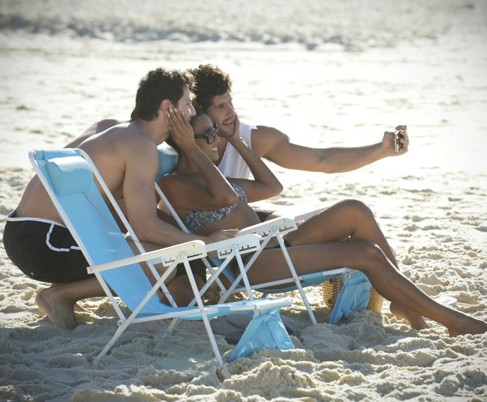 Que inveja, hein? Sheron faz selfie ao lado de Dudu Azevedo e André Bankoff! Na trama, Paula é ex-namorada de Bento e está conhecendo melhor Pedro. (Foto: Raphael Dias/Gshow)
