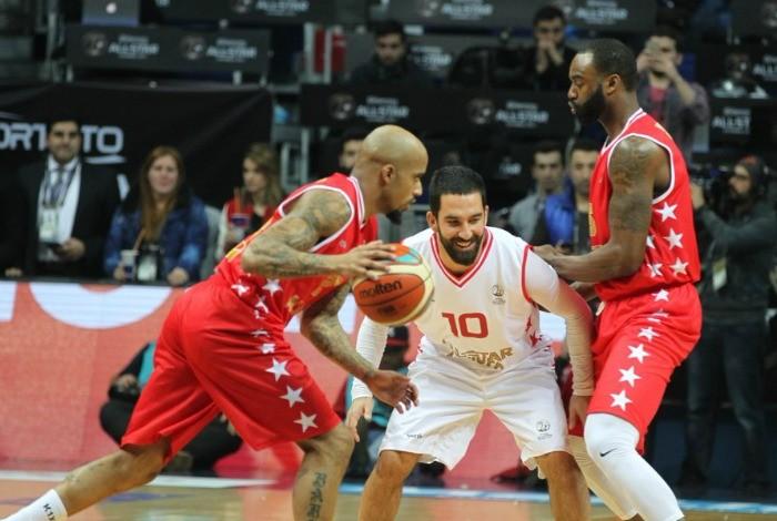 BLOG: Fica no futebol: Turan joga basquete na Turquia e ganha até colo para tentar cesta