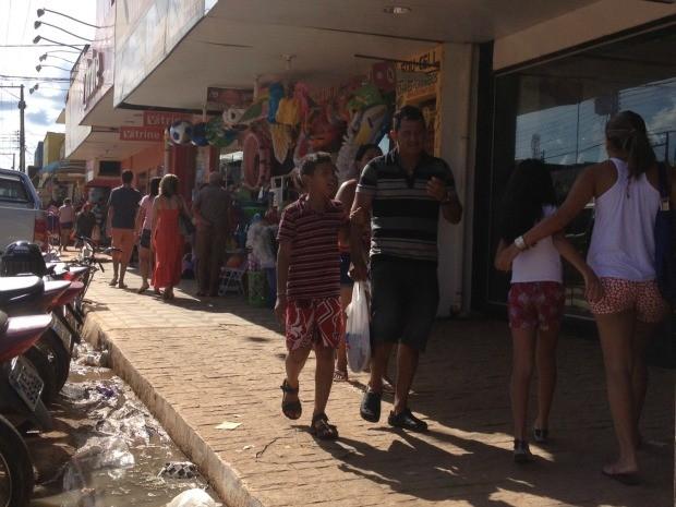Consumidores na Avenida Jatuarana, Zona Sul de Porto Velho, aproveitam as últimas horas de compras na véspera de Natal. Lojistas afirma que até às 20h o comércio da região vai estar aberto aos clientes que resolveram deixar para comprar de última hora.  (Foto: Larissa Matarésio/G1)