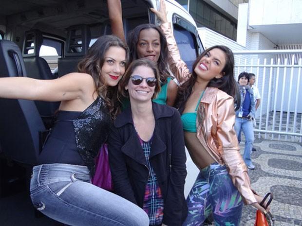 Fabíula Nascimento e Isis Valverde posam com equipe (Foto: Avenida Brasil/TV Globo)
