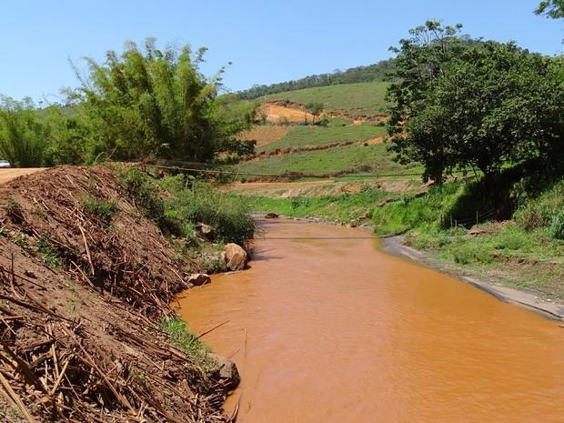 Rio Gualaxo do Norte, em Gesteira, distrito de Barra Longa que ainda acumula lama de Fundão (Foto: Raquel Freitas/G1)