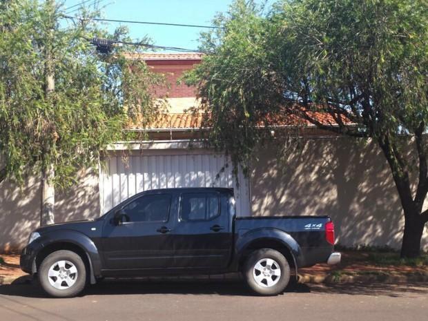 PF usa caminhonete descaracterizada ao cumprir mandado de busca na casa do ex-ministro Antonio Palocci em Ribeirão Preto  (Foto: Bruna Luchini/EPTV)