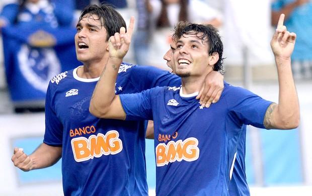 Ricardo Goulart e Marcelo Moreno comemoração jogo Cruzeiro e Universidad de Chile (Foto: AP)