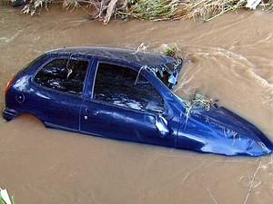 Carro arrastado durante enchente na zona rural em Socorro (SP)