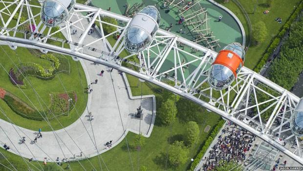 Quase se debruçando sobre um ícone da capital britânica, a roda gigante London Eye, Hawkes também captura abaixo o jardim Jubilee, que foi totalmente reurbanizado.  (Foto: Jason Hawkes)