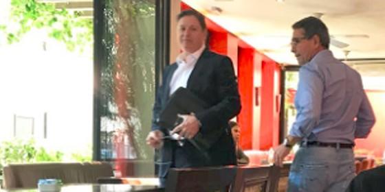 Rocha Loures e Ricardo Saud, em encontro monitorado pela PF, no café Santo Grão, em abril, em São Paulo (Foto: Reprodução)