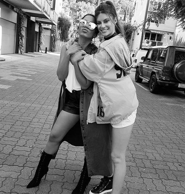 Anitta e Hannah Stocking (Foto: Reprodução/Twitter)