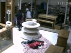 Loja de roupas furtada oferece recompensa para encontrar suspeitos
