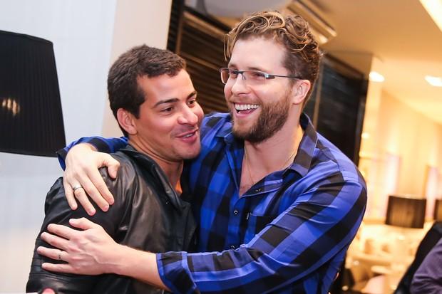 Thiago Fragoso abraça Thiago Martins (Foto: Manuela Scarpa/Brazil News)
