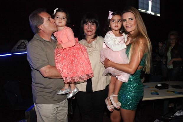 Flávia Fonseca com os pais e as filhas, Helena e Isabella (Foto: Manuela Scarpa/Photo Rio News)