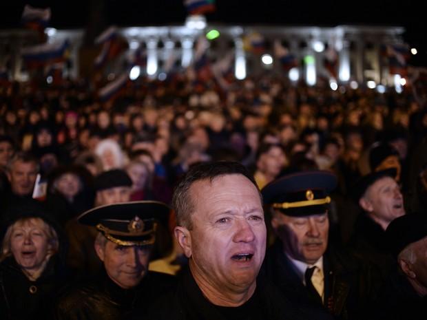 Povo da Crimeia se juntou para acompanhar a apuração dos votos  (Foto: Dimitar Dilkoff/AFP)