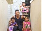 Nego do Borel distribui presentes para crianças carentes de sua comunidade