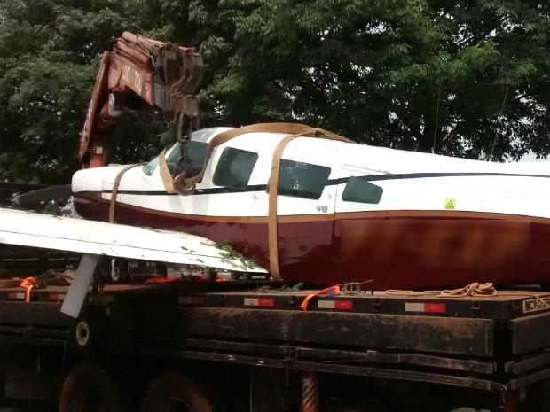 Avião monomotor foi encontrado no aeroporto de Paranavaí com várias marcas de tiros (Foto: Wilson Del Passo/ RPC)