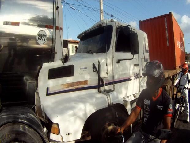 Acidente com duas carretas deixa o trânsito congestionado em Fortaleza (Foto: Narcélio Bezerra/TV Verdes Mares)