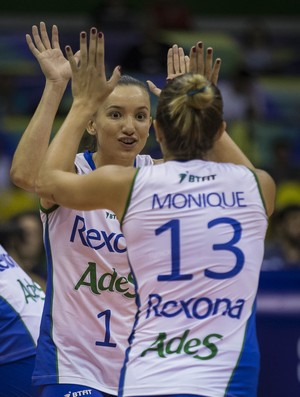 Gabi e Monique comemoram ponto carioca (Foto: Marcio Rodrigues/MPIX)
